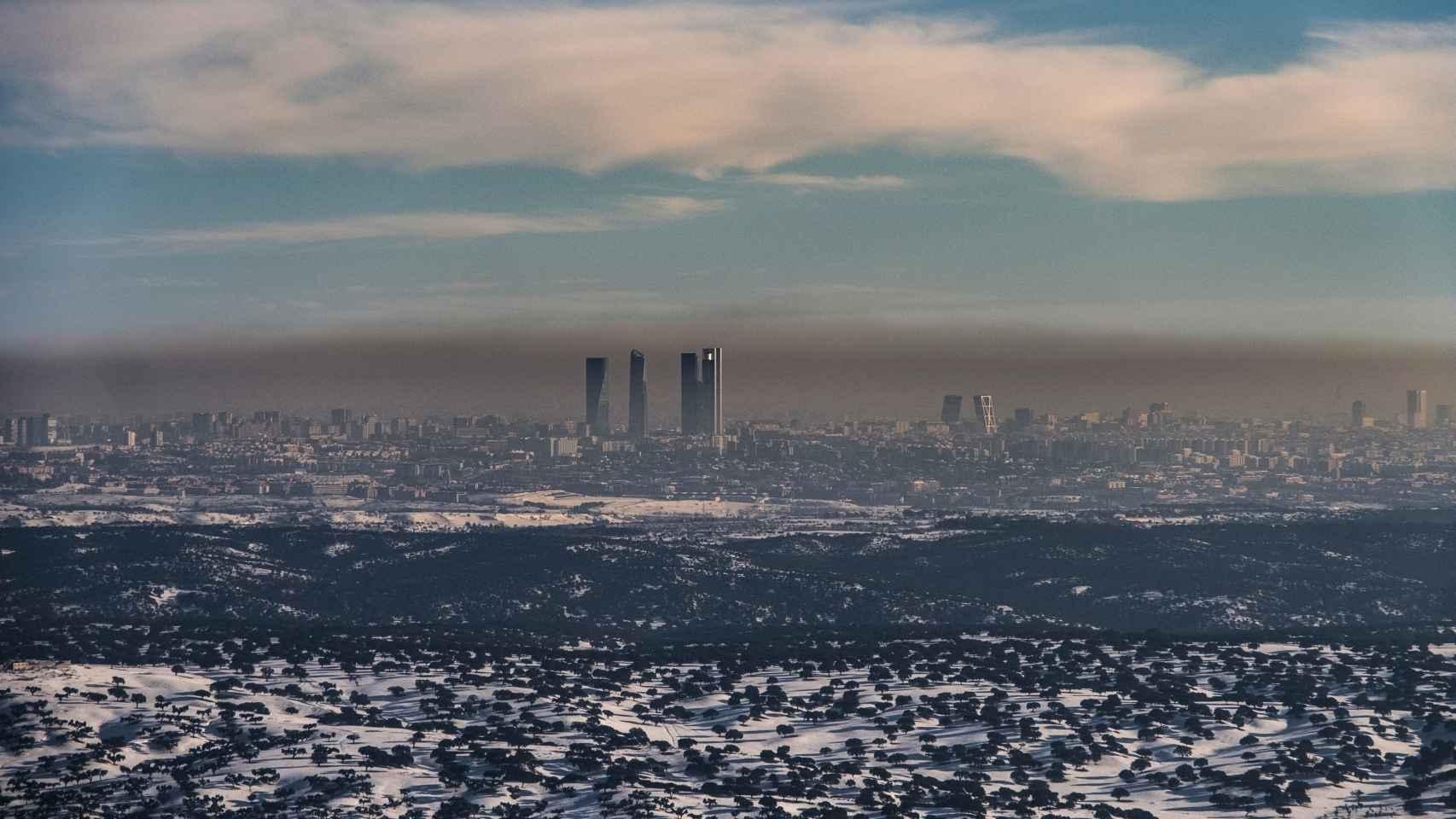 La 'boina' de Madrid sobre una ciudad nevada.
