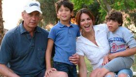 Bertín Osborne y Fabiola Martínez junto a sus dos hijos, Kike y Carlos.