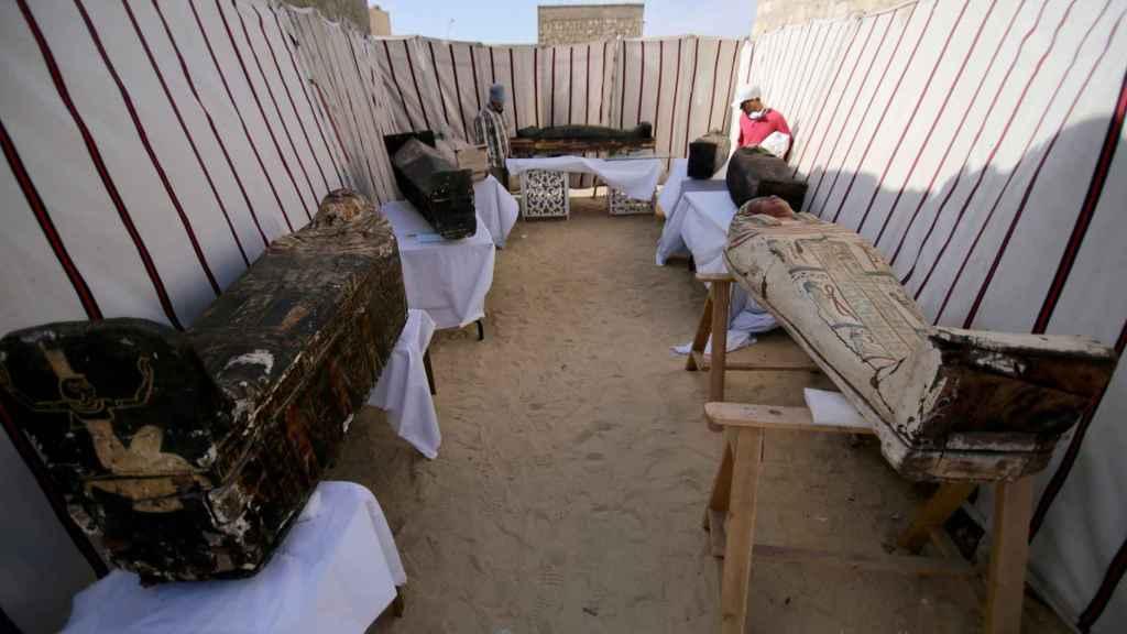 Varios de los sarcófagos hallados en las últimas excavaciones en Saqqara.