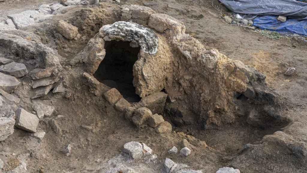 Vista del horno al final de la excavación, con parte de la cúpula ya retirada.
