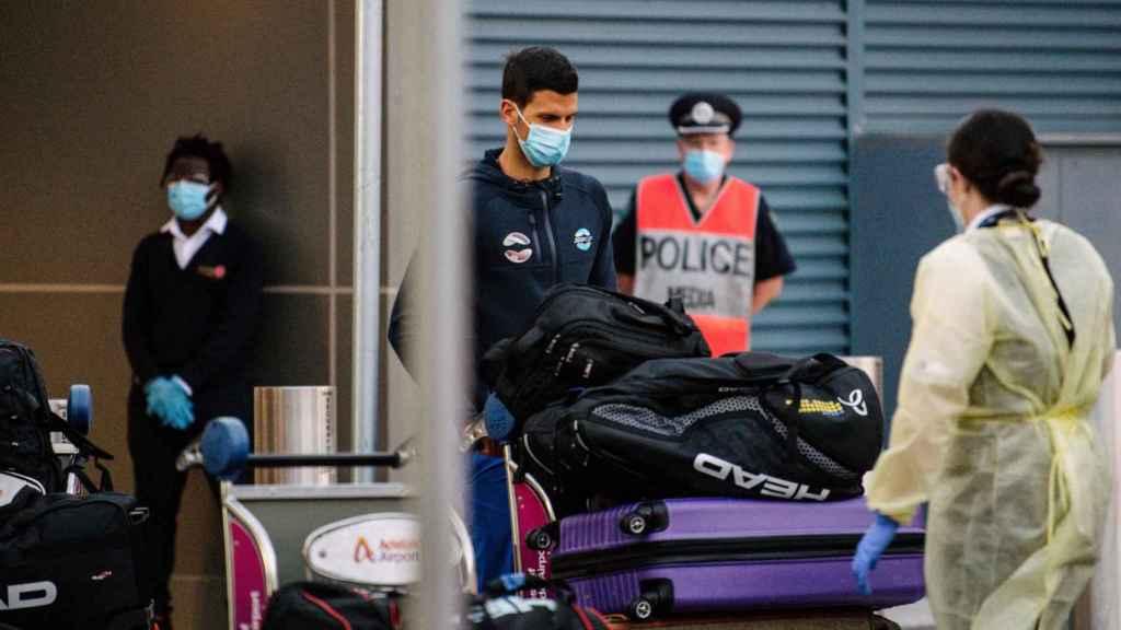 Djokovic, a su llegada al aeropuerto de Adelaida en Australia