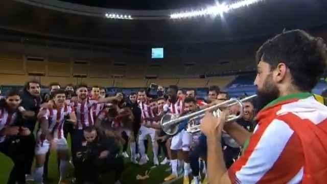 Asier Villalibre, tocando el himno del Athletic con una trompeta tras ganar la final de la Supercopa de España 2021