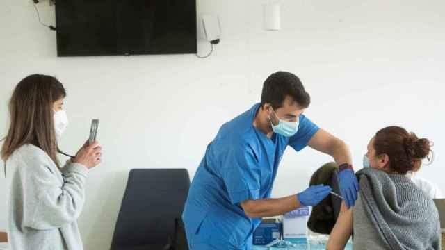 Proceso de vacunación del personal sanitario en el CAP Manso de Barcelona.
