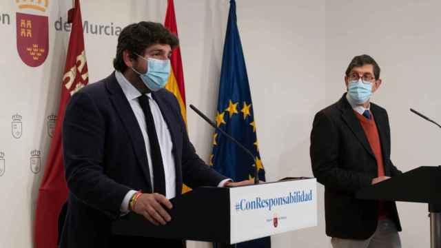 El presidente murciano, Fernando López Miras, junto al consejero de Salud, Manuel Villegas.