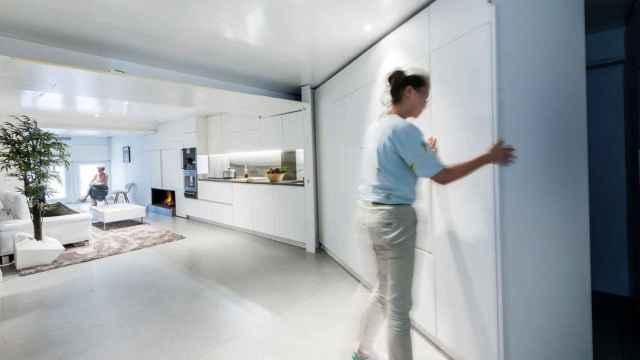 Los tabiques de la vivienda se mueven para configurar diferentes espacios.