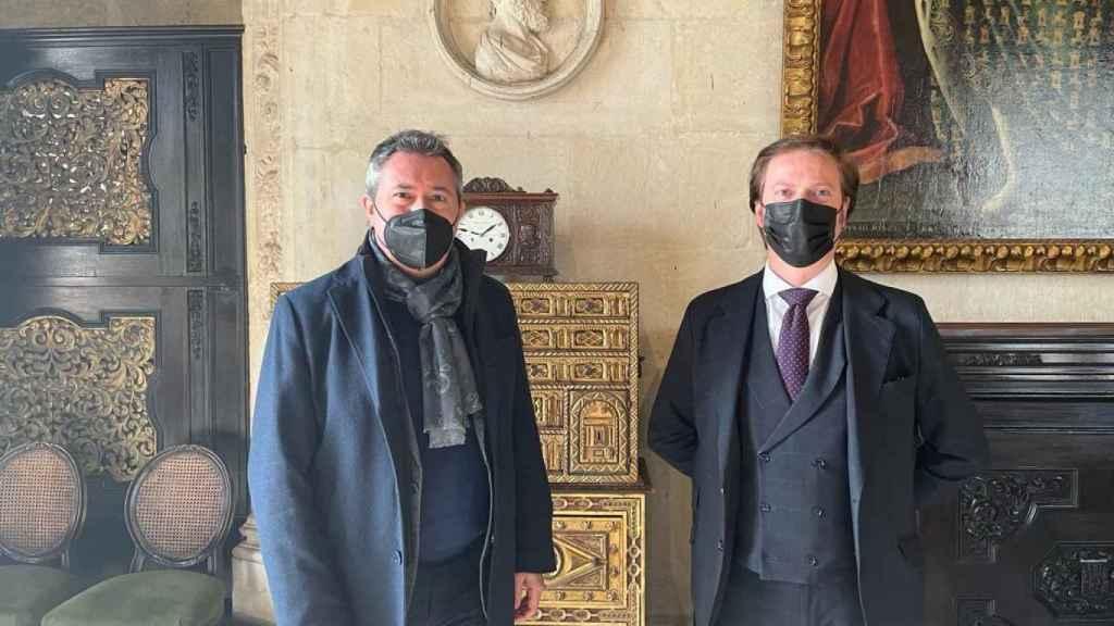 El alcalde de Sevilla, Juan Espadas, y el presidente de laAsociación de Empresarios de Publicidad de Sevilla (AEPS), Salvador Toscano.