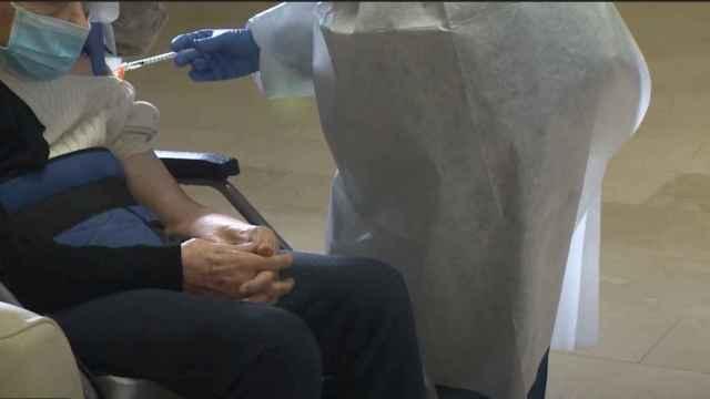 Un anciano recibe la vacuna contra la Covid-19, en Extremadura.