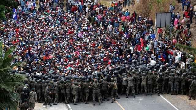Las fuerzas de autoridad frenan con palos y gases lacrimógenos la caravana de migrantes.