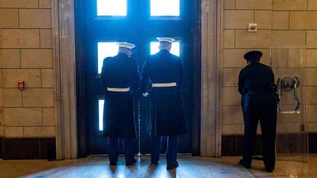 Centinelas de la Marina de la Casa Blanca cierran una de las puertas del Capitolio.