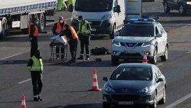 Agentes de la Guardia Civil junto al cuerpo sin vida de uno de los camioneros atropellados.