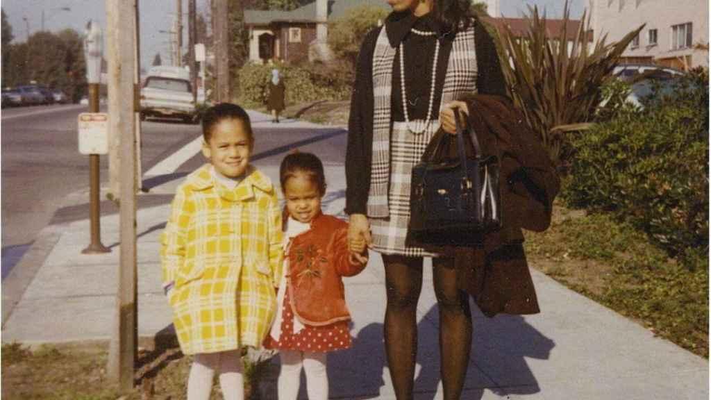 Kamala Harris, junto a su hermana Maya y a su madre.