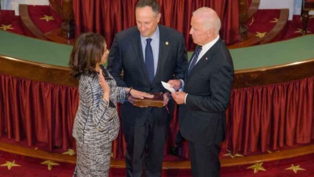 La jura de Kamala Harris como senadora con la Biblia de Regina Shelton.