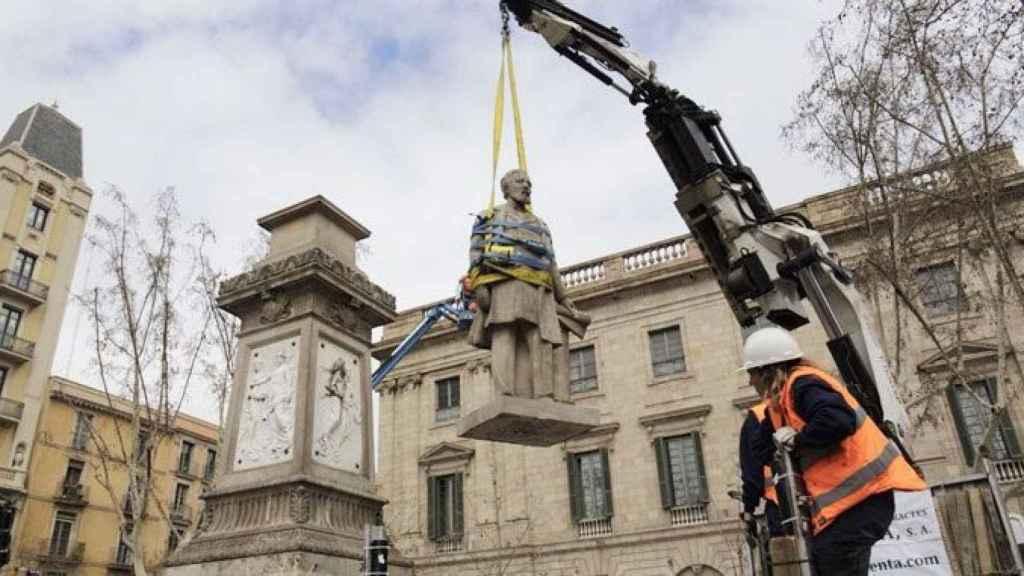 Vista de la retirada de la estatua al empresario, navegante y esclavista Antonio López.