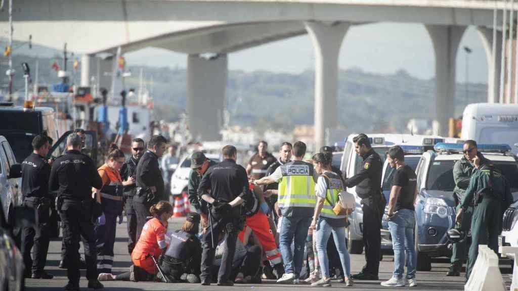 Los servicios sanitarios atendieron en el puerto de Algeciras a la madre del menor tras conocer la noticia.