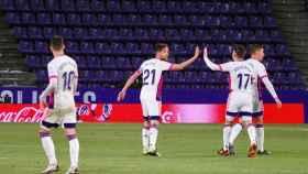 Los jugadores del Valladolid celebran el gol de Míchel ante el Elche