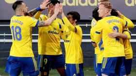 Los jugadores del Cádiz celebran el gol de Cala ante el Elche en la jornada 19 de La Liga