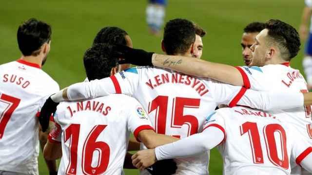 Piña de los jugadores del Sevilla para celebrar el gol de En-Nesyri ante el Alavés