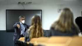 Un profesor da clase a sus alumnos con una mascarilla FFP2. Efe
