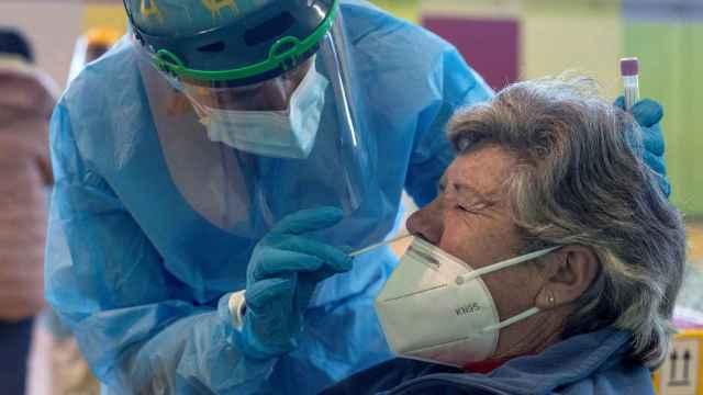 Una sanitaria realiza una prueba PCR durante un cribado aleatorio en Allariz (Orense).