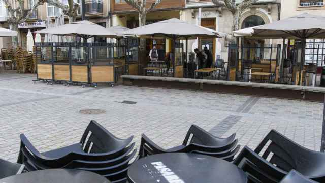 Un camarero recoge su establecimiento a las 17. 00 horas el día de la entrada en vigor de nuevas restricciones impuestas por el gobierno de La Rioja.