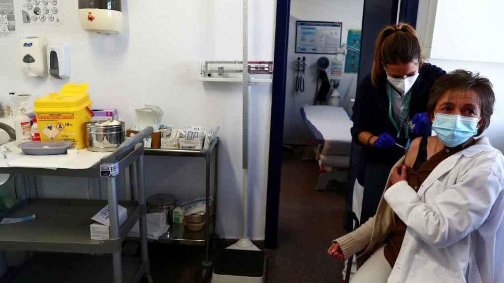 Una trabajadora sanitaria se vacuna en Madrid