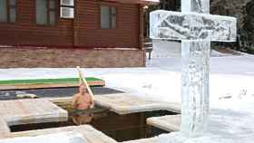 Vladimir Putin se zambulle en agua helada en la Epifanía ortodoxa pese a la Covid-19.
