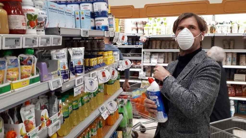 Un hombre comprando en un supermercado.