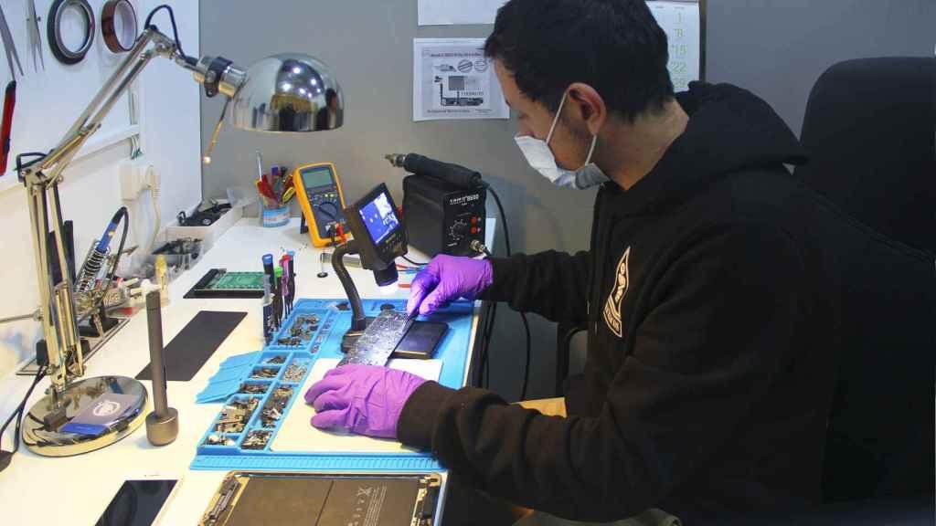 Javier Arriagada, en su taller de reparaciones electrónicas. Foto: Adolfo Plasencia