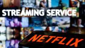 Una televisión reproduce contenidos de Netflix enviadas desde un móvil.