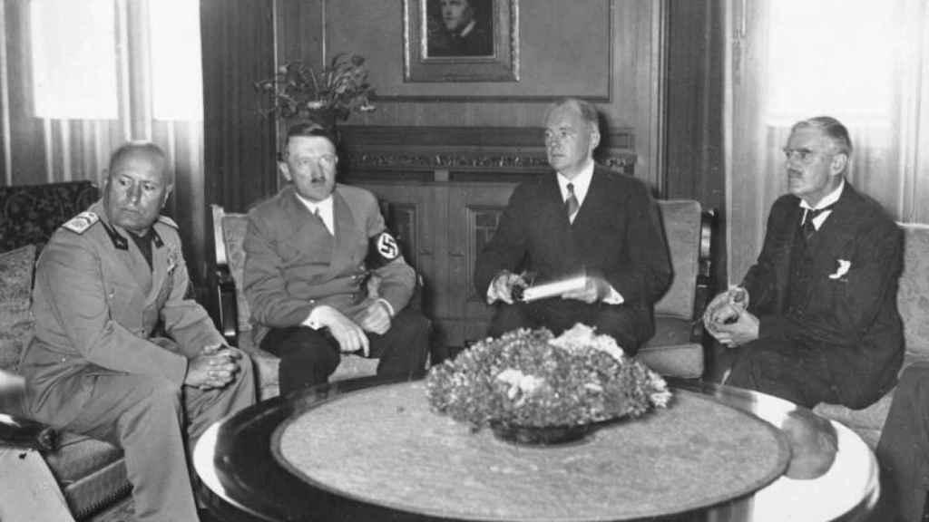 Mussolini, Hitler, su intérprete y Chamberlain durante las negociaciones del Acuerdo de Múnich.