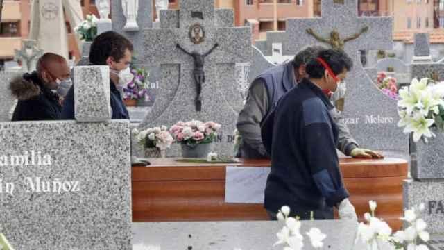 Imagen de archivo de un entierro en tiempos de Covid.
