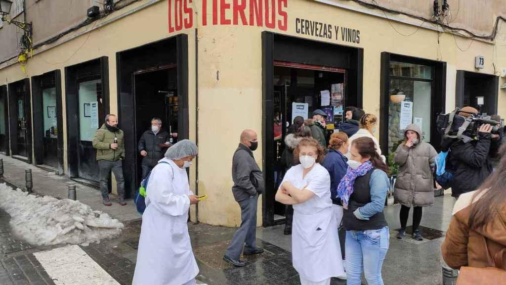 Las trabajadores de la residencia Los Nogales, a las puertas del bar que las ha refugiado.
