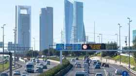 Anuncio de limitación de velocidad en uno de los accesos a Madrid.