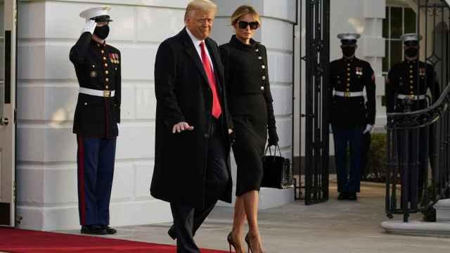 Donald Trump y Melania saliendo de la Casa Blanca este miércoles.