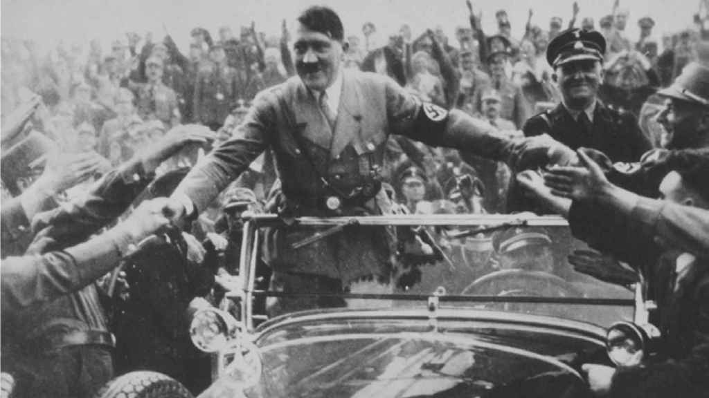Adolf Hitler, dándose un baño de masas.