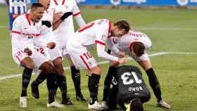 Los jugadores del Sevilla celebran con Bono su penalti parado al Alavés