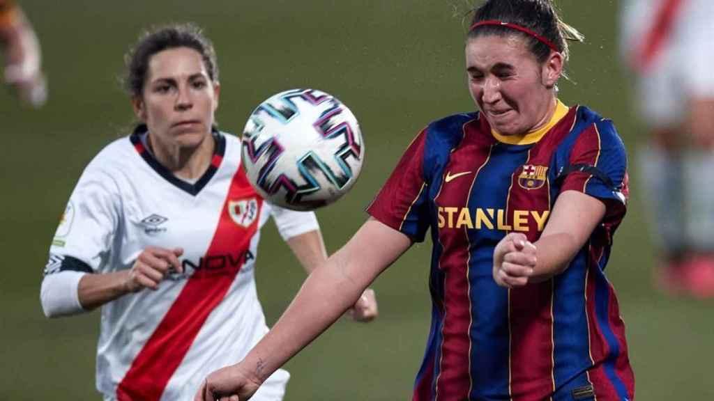 Pilar García y Mariona Caldentey, durante el Barcelona Femenino - Rayo Vallecano Femenino de la Primera Iberdrola
