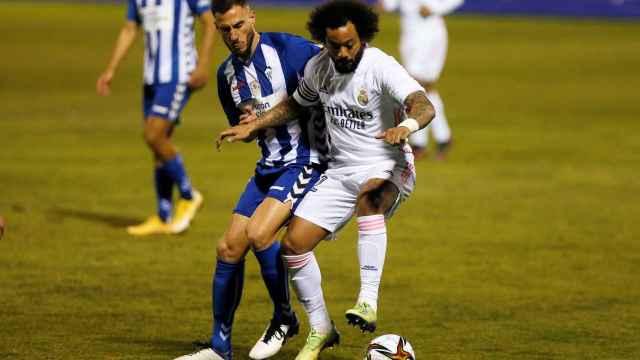 Marcelo disputa un balón con Jony Ñiguez