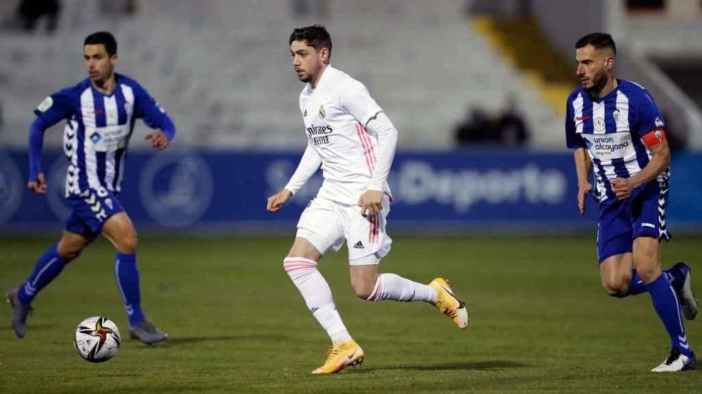 Fede Valverde conduce el balón, en el Alcoyano - Real Madrid de Copa del Rey