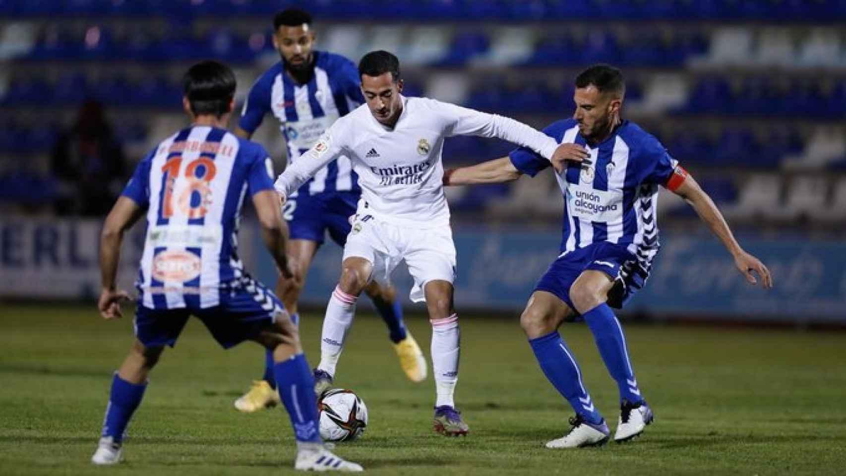 Lucas Vázquez, rodeado de jugadores del Alcoyano