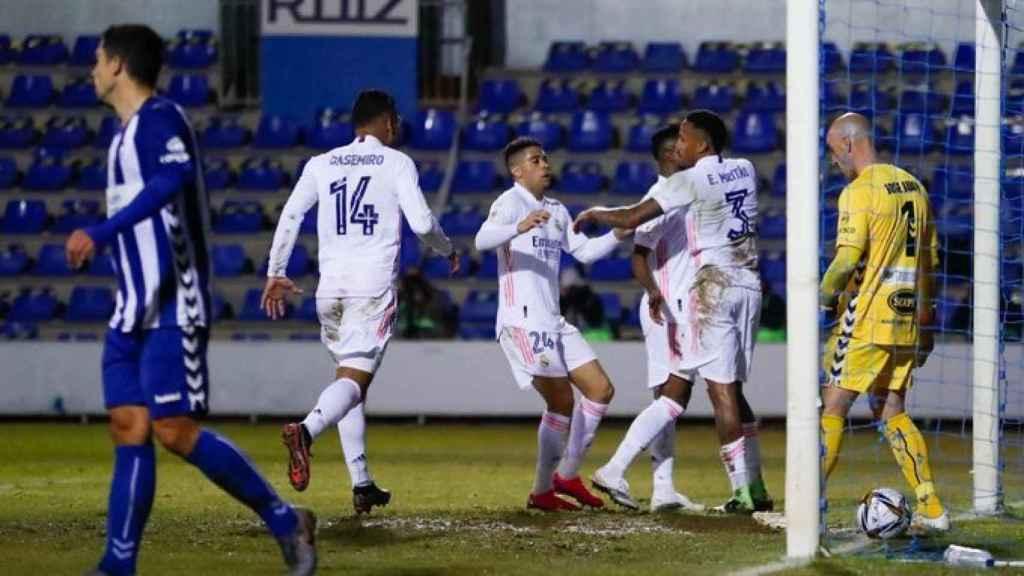 Los jugadores del Real Madrid celebran el gol de Militao al Alcoyano