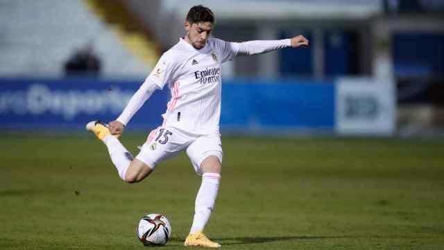 Fede Valverde arma la pierna para golpear el balón en El Collao
