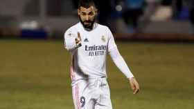 Karim Benzema da indicaciones a sus compañeros, en el Alcoyano - Real Madrid de la Copa del Rey