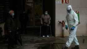 Un empleado municipal desinfecta el acceso al Complejo Hospitalario Universitario de Ourense (CHUO).