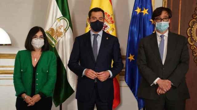 La ministra de Política Territorial y Función Pública, Carolina Darias; el presidente de la Junta de Andalucía, Juan Manuel Moreno y el ministro de Sanidad, Salvador Illa.