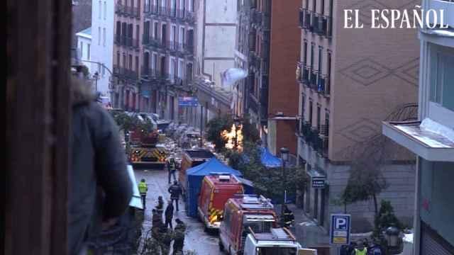 Vista del fuego que aún queda después de la explosión del edificio de calle Toledo de Madrid