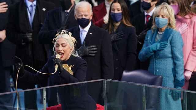 Lady Gaga interpretando el himno nacional de Estados Unidos.