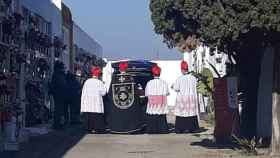 Una veintena de personas acompañaron, el pasado jueves, al féretro del cura Modesto Romero.
