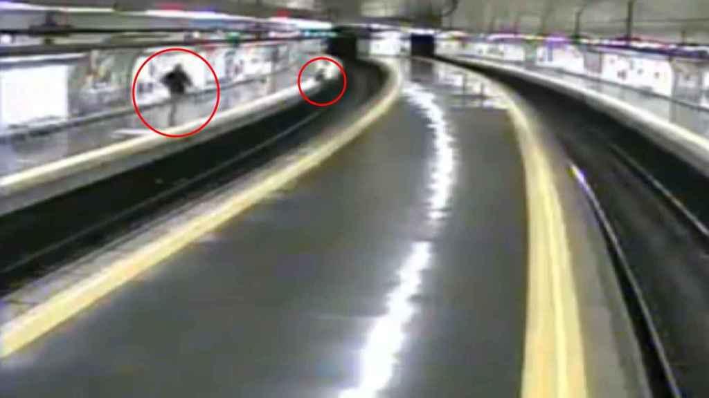 En el círculo de la izquierda, el policía corriendo para salvar al joven. En el de la derecha, el chico con la piernas colgadas en el andén.