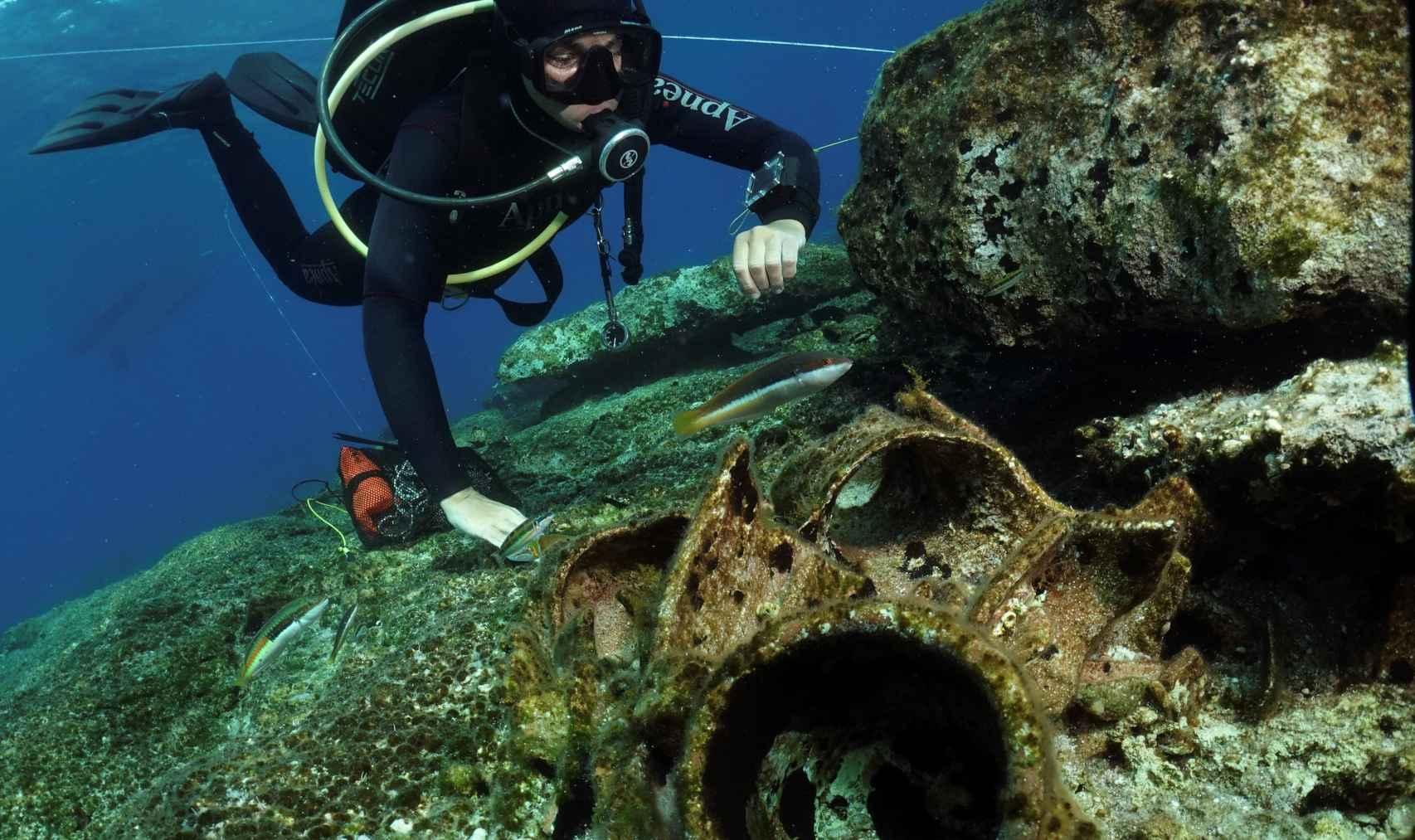 Arqueólogos submarinos griegos han hallado vasijas fabricadas en España entre los restos de un naufragio del siglo II o III.